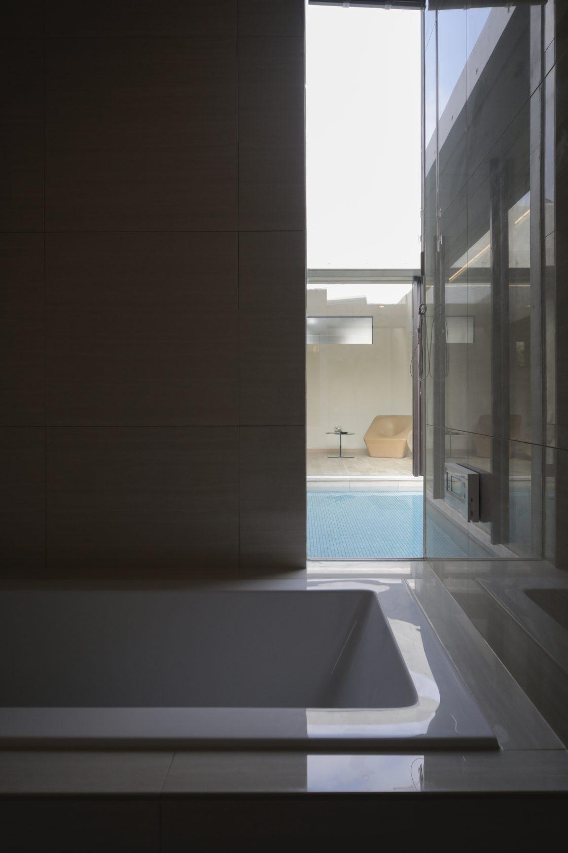 MOLSの中央に水盤がきらめく平屋の住まい実例写真